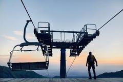 Toerist dichtbij kabelwagen in de bergen stock fotografie