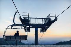 Toerist dichtbij kabelwagen in de bergen royalty-vrije stock fotografie