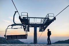 Toerist dichtbij kabelwagen in de bergen stock foto