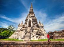 Toerist dichtbij oude tempel in Thailand stock afbeelding