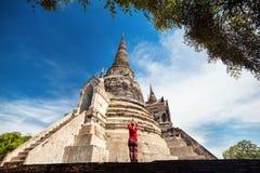 Toerist dichtbij oude tempel in Thailand royalty-vrije stock afbeeldingen