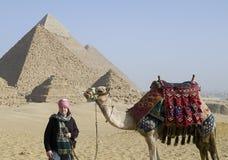 Toerist dichtbij piramides   Stock Afbeelding