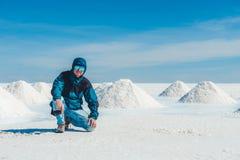 Toerist dichtbij zoute banken in zonneschijn Salar de Uyuni stock foto