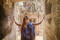 Toerist die aan de tempel van Preah Khan in Angkor, Kambodja komen stock foto's