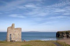 Toerist die aan het strand en het kasteel van Ballybunion lopen Stock Foto's