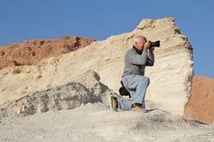 Toerist die aan één knie wordt gelaten vallen Stock Foto's