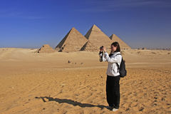 Toerist die beeld nemen bij Grote Piramides van Giza, Kaïro stock afbeeldingen