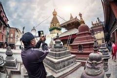Toerist die beeld van stupa nemen Royalty-vrije Stock Foto