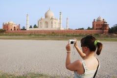 Toerist die beeld van Taj Mahal neemt Royalty-vrije Stock Fotografie
