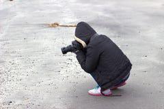 Toerist die beelden in het platteland nemen royalty-vrije stock fotografie