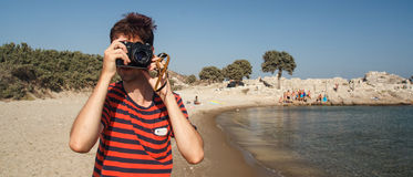 Toerist die beelden met een oude camera nemen stock foto