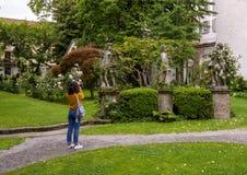 Toerist die beeldhouwwerken in de Tuin van het Atellani-Huis, Museo Vigna Di Leonardo, Milaan fotograferen stock fotografie