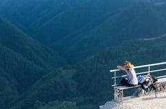 Toerist die berg van mening genieten Stock Foto