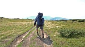 Toerist die in bergen lopen stock videobeelden