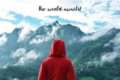 Toerist die bergmening bekijken met motivatiecitaat royalty-vrije stock fotografie