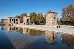 Toerist die Beroemd Oriëntatiepunt Debod, Egyptische tempel op 13 November, 2016 in Madrid, Spanje bezoeken Stock Foto