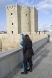 Toerist die Calahorra toren door stedelijke telescoop kijkt royalty-vrije stock afbeelding