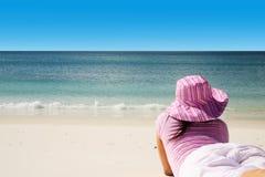 Toerist die de dag doorbrengt die van tropisch strand geniet Royalty-vrije Stock Foto