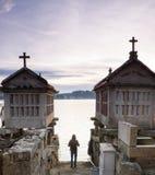 Toerist die in de stad van Combarro lopen Royalty-vrije Stock Foto's