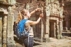 Toerist die de tempel van Preah Khan in Angkor, Kambodja fotograferen royalty-vrije stock afbeelding