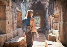 Toerist die de tempel van Preah Khan in Angkor, Kambodja onderzoeken royalty-vrije stock afbeeldingen