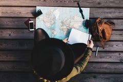 Toerist die de wereldkaart onderzoeken Royalty-vrije Stock Foto