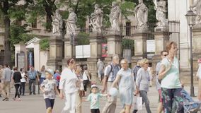 Toerist die door in Krakau, Polen bij zomer overgaan stock video