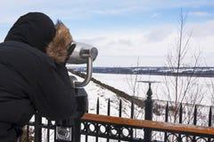 Toerist die door muntstuk in werking gestelde verrekijkers kijken Stock Afbeelding