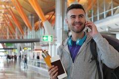 Toerist die door telefoon het aankomen brandkast en geluid roepen royalty-vrije stock fotografie