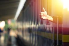 Toerist die duim op de trein tonen royalty-vrije stock afbeeldingen