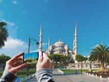 Toerist die een beeld van de Blauwe Moskee nemen Stock Foto
