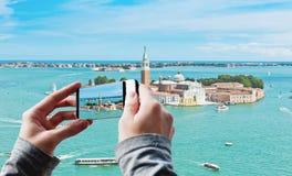 Toerist die een beeld van het eiland van San Giorgio in Venetië nemen stock foto