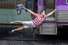 Toerist die een bewegende trein houden royalty-vrije stock afbeeldingen