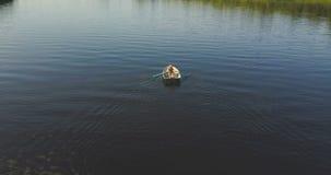Toerist die een boot roeien stock video
