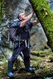 Toerist die in een canion wandelen royalty-vrije stock foto's