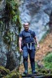 Toerist die in een canion wandelen royalty-vrije stock afbeelding