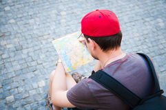 Toerist die een kaart bekijkt royalty-vrije stock foto's