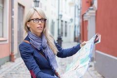 Toerist die een manier op kaart in stad zoeken stock afbeeldingen