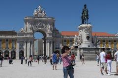 Toerist die een selfie nemen bij de Handel Square Praca do Comercio in de stad van Lissabon stock fotografie