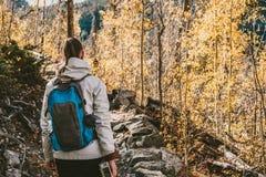 Toerist die in espbosje bij de herfst wandelen royalty-vrije stock foto's