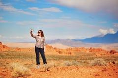 Toerist die foto met haar mobiele telefoon in Vallei van de Brand nemen royalty-vrije stock afbeelding
