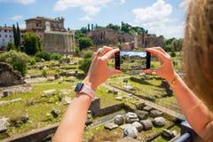Toerist die foto met mobiele telefoon in oud Rome nemen royalty-vrije stock foto's