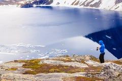 Toerist die foto nemen door Djupvatnet meer, Noorwegen Stock Afbeelding