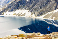 Toerist die foto nemen door Djupvatnet meer, Noorwegen Royalty-vrije Stock Foto's