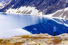 Toerist die foto nemen door Djupvatnet meer, Noorwegen Royalty-vrije Stock Foto