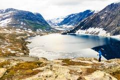 Toerist die foto nemen door Djupvatnet meer, Noorwegen Stock Foto's