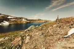 Toerist die foto in Noorse aard nemen royalty-vrije stock fotografie