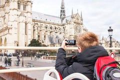Toerist die foto op kathedraal van Notre Dame de Paris nemen Stock Foto