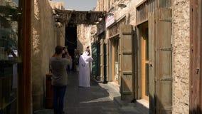 Toerist die foto's met smartphone nemen bij Arabische souq stock videobeelden