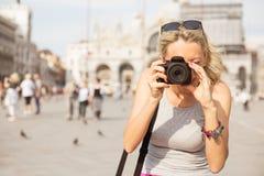 Toerist die foto's in Venetië nemen royalty-vrije stock afbeeldingen